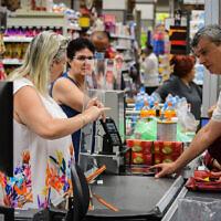 Des personnes font leurs courses au supermarché Yochananof à Tel Aviv le 14 juin 2021, après que le ministère de la Santé a annoncé la fin de l'obligation de porter un masque dans les lieux publics fermés (COVID-19). (Avshalom Sassoni/Flash90) קונים  סופר קורונה יוחננוף