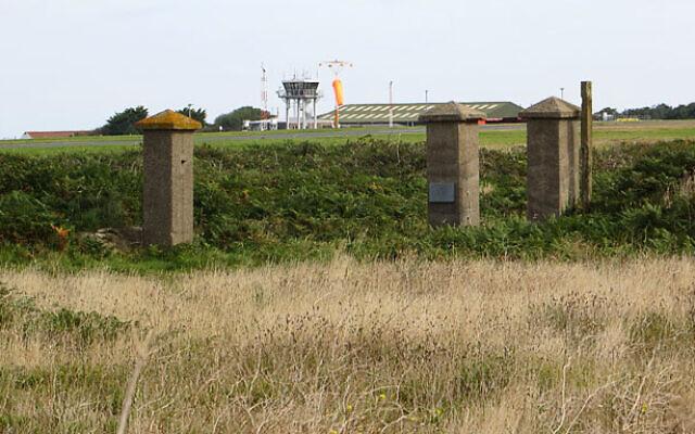 Les anciens poteaux d'entrée de Sylt sur l'île d'Aurigny, 2012. ( Crédit : CC BY-SA 2.0/ John Rostron)