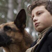 """August Maturo dans le rôle de """"Joshua"""" et le chien """"Caleb"""" dans """"Shepherd : L'histoire d'un chien juif""""  (Crédit : JDog Films)"""