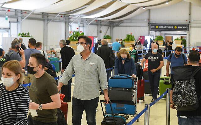 Illustration : Des techniciens médicaux testent des passagers pour le COVID-19 à l'aéroport international Ben Gurion, le 8 mars 2021. (Flash90)