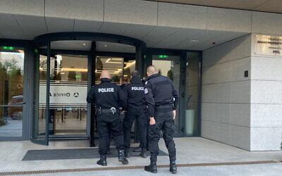 """La police entre dans un bâtiment en lien avec une """"journée d'action"""" contre des fraudeurs présumés, le 11 mai 2021. (Crédit : Rheinland Pflaz Police)"""