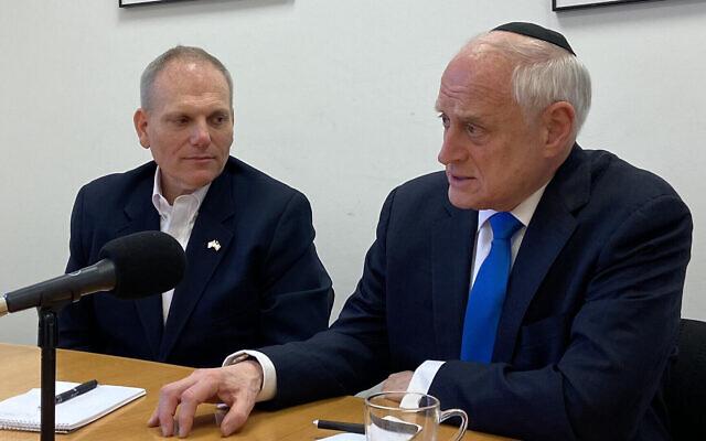 Le vice-président de la CoP (Conference of Presidents of Major American Jewish Organizations) Malcolm Hoenlein, à droite, et le directeur-général de l'organisation, William Daroff, dans les bureaux du Times of Israel à Jérusalem. (Crédit :  Times of Israel)