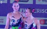 Les nageuses israéliennes Eden Blecher et Shelly Bobritsky retiennent leur souffle après leur épreuve à Barcelone, en Espagne, le 13 juin 2021. (Capture d'écran)