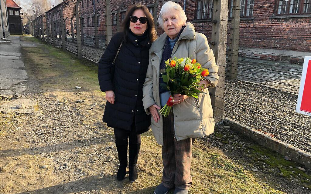 Anita Winter avec la survivante de la Shoah Nina Weil à Auschwitz en 2020 pour une cérémonie commémorant la 75e libération du camp. (Courtoisie)