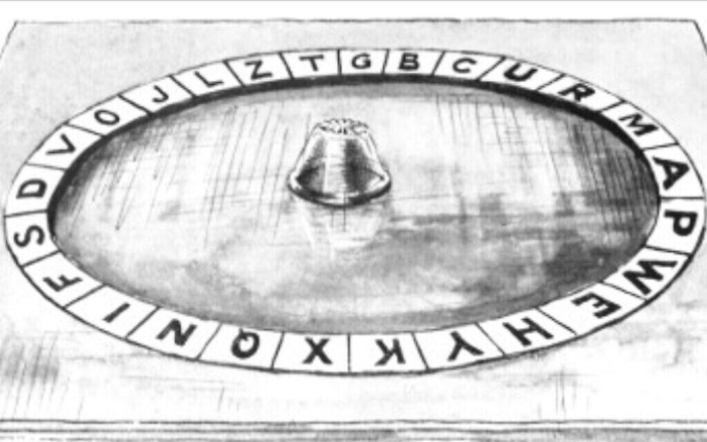 La planche Ouija faite à la main utilisée par Jones et Hill lors de leurs premières séances. Elle les conduira finalement à la liberté. (Jones, 'The Road to En-Dor', 1919)