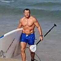 Le ministre du Tourisme Yoel Razvozov à la plage, le 19 juin 2021. (Capture d'écran)