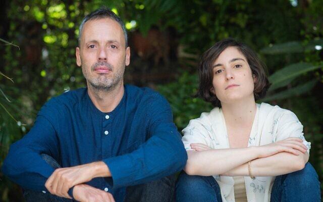 Itay Mautner (à gauche) et Michal Vaknin, les nouveaux directeurs artistiques du Festival d'Israël, annoncés le 4 juillet 2021. (Crédit : Yair Meyuhas)