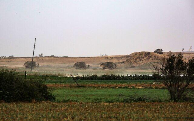 Les bulldozers militaires israéliens sur la zone-tampon de la frontière entre Israël et Gaza, face à la ville de Khan Younès dans le sud de la bande de Gaza, le 13 janvier 2021. (Crédit : Said Khatib/AFP)