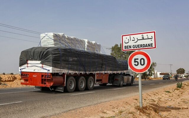 Un camion le long de l'autoroute internationale qui relie Ben Guerdane, dans le sud de la Tunisie, à la Libye, le 4 juin 2021. (Crédit : FATHI NASRI / AFP)