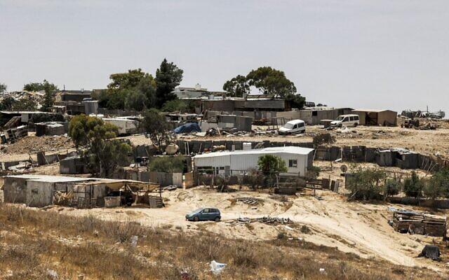 Une vue des maisons de Sawaneen, un village bédouin non-reconnu dans le sud du désert du Negev en Israël, le 8 juin 2021. (Crédit :  HAZEM BADER / AFP)