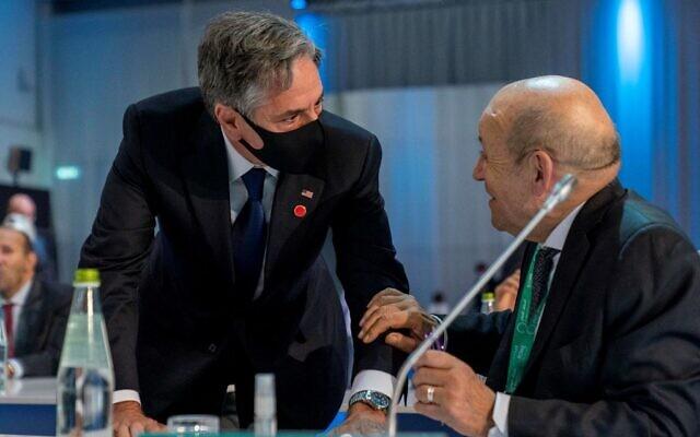 Le secrétaire d'État Antony Blinken, à gauche, parle au ministre français des Affaires étrangères Jean-Yves Le Drian avant une rencontre à Rome, le 28 juin 2021. (Crédit :  Andrew Harnik / POOL / AFP)