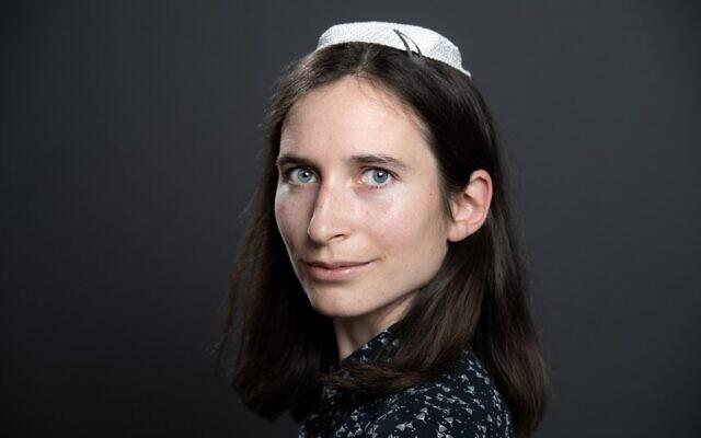 """Iris Ferreira pose pendant une séance photo au cours du tout premier congrès """"les femmes dans le judaïsme"""" à Troyes, en France, le 17 juin 2019. (Crédit :  BERTRAND GUAY / AFP)"""