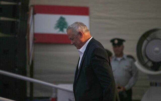 Le ministre de la Défense, Benny Gantz, participe à une cérémonie dans la ville de Metula, au nord du pays, le 4 juillet 2021, pour inaugurer un monument commémorant les membres de l'armée du Sud-Liban tombés au combat. (Crédit : Jalaa Marey/AFP)