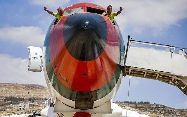 Les frères jumeaux palestiniens Atallah et Khamis al-Sairafi, 60 ans, dans le cockpit d'un Boeing 707, transformé en restaurant près de la ville de Naplouse en Cisjordanie, le 5 juillet 2021. (Crédit : JAAFAR ASHTIYEH / AFP)