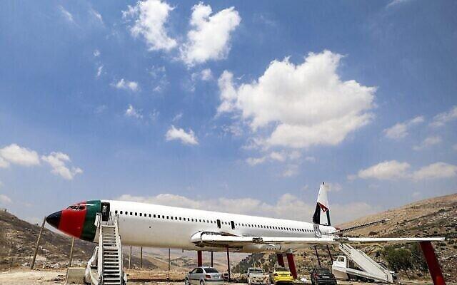 Le fuselage d'un Boeing 707 en cours de transformation par les frères jumeaux palestiniens Atallah et Khamis al-Sairafi en un restaurant près de la ville de Naplouse en Cisjordanie, le 5 juillet 2021. (Crédit : JAAFAR ASHTIYEH / AFP)