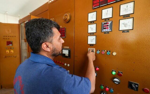Un employé d'une compagnie d'électricité syrienne dans les principales installations de distribution d'électricité dans la ville d'Idlib, au nord-ouest, tenue par les rebelles, le 6 juin 2021. (Crédit : OMAR HAJ KADOUR / AFP)