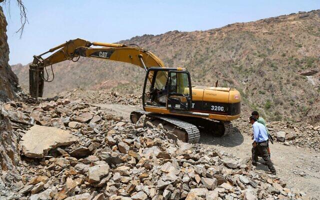 Cette photo prise dans les montagnes près de la troisième ville du Yémen, Taez, montre la construction d'une route qui servira de bouée de sauvetage entre Taez, assiégée par les rebelles Houthis, et la ville méridionale d'Aden, capitale temporaire du gouvernement internationalement reconnue, le 12 juillet 2021(Crédit : AHMAD AL-BAHA / AFP)