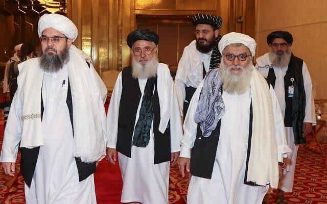 Une délégation de talibans afghans assiste à une session de pourparlers de paix entre le gouvernement afghan et les talibans dans la capitale qatarie Doha, le 17 juillet 2021. (Crédit : KARIM JAAFAR / AFP)