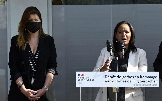 Marlène Schiappa (G) aux côtés de la ministre israélienne de l'Immigration et de l'Intégration Pnina Tamano Shata assistent à une cérémonie à Paris le 20 juillet 2021 en mémoire des victimes de l'attaque terroriste du 9 janvier 2015, à Paris. (Crédit : Bertrand GUAY / AFP)
