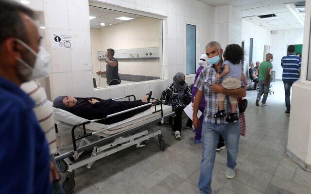 Un patient sur un lit dans un couloir de l'hôpital universitaire Rafic Hariri à Beyrouth, la capitale du Liban, le 23 juillet 2021. (Crédit : STR/AFP)