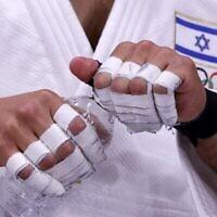L'Israélien Tohar Butbul se prépare à participer au combat du tour éliminatoire des -73 kg de judo masculin lors des Jeux olympiques de Tokyo 2020 au Nippon Budokan de Tokyo, le 26 juillet 2021. (Crédit : Jack GUEZ / AFP)