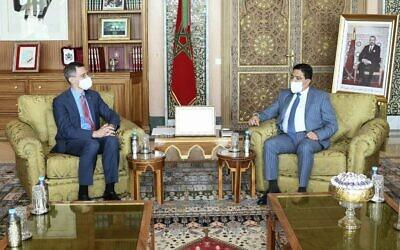 Le ministre marocain des Affaires étrangères Nasser Bourita (à droite) reçoit le haut responsable du département d'État américain Joey Hood à Rabat le 28 juillet 2021. (Crédit / AFP)