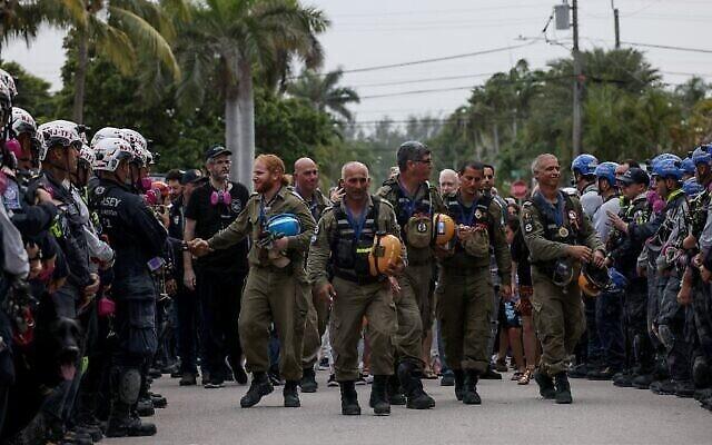 La cérémonie d'adieu en l'honneur de l'unité de secours de l'armée israélienne envoyée sur les lieux de l'effondrement d'un immeuble à Surfside, en Floride, le 10 juillet 2021. (Crédit : Anna Moneymaker/Getty Images/AFP)
