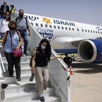 Des touristes israéliens arrivent à l'aéroport international de Marrakech-Menara sur le premier vol commercial direct entre Israël et le Maroc, le 25 juillet 2021. (Crédit : FADEL SENNA / AFP)
