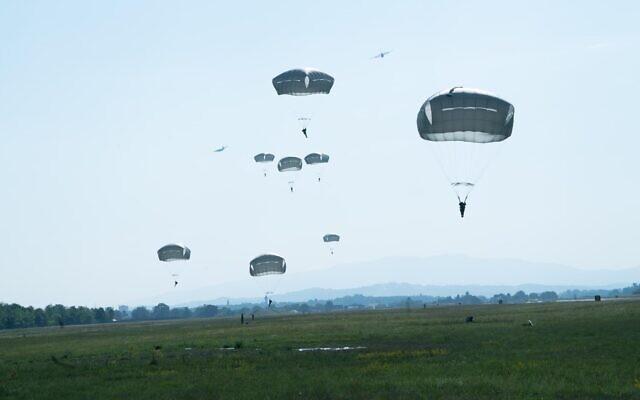 Des parachutistes israéliens recréent le saut historique des partisans pendant la Seconde Guerre mondiale en l'honneur d'Hannah Szenes, en Slovénie, le 20 juillet 2021. (Crédit : Armée israélienne)