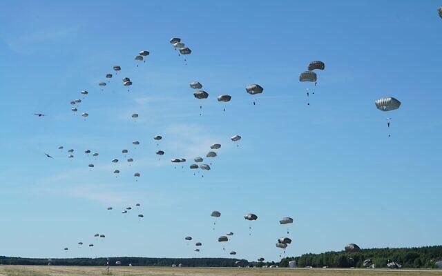 Photo d'illustration : Des dizaines de parachutistes israéliens atterrissent en Pologne durant un exercice dirigé par les États-Unis en Europe, au mois de juin 2018. (Crédit : Armée israélienne)