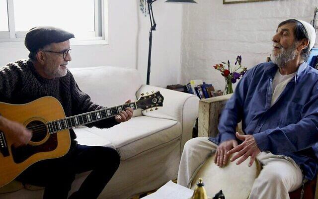Ehud Banai, à gauche, avec Shlomo Bar, dans 'Shlomo Bar -- A Musical Documentary'  lors de la 23e édition du festival Docaviv. (Autorisation : Docaviv)