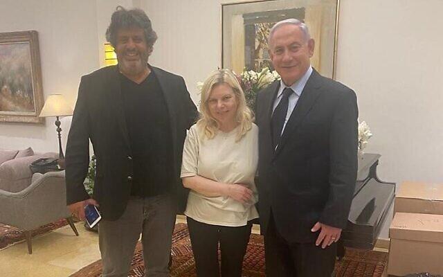 Le député français Meyer Habib (G) avec Sara Netanyahu (C) et le chef de l'opposition Benjamin Netanyahu dans la résidence du Premier ministre à Jérusalem, le 1er juillet 2021. (Crédit : Facebook)