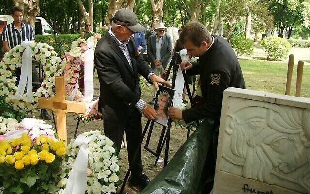 Le service en mémoire de Zsa Zsa au cimetière de la Rue Fiume, à Budapest, où ses cendres ont été enterrées. (Crédit :  György Konkoly-Thege)