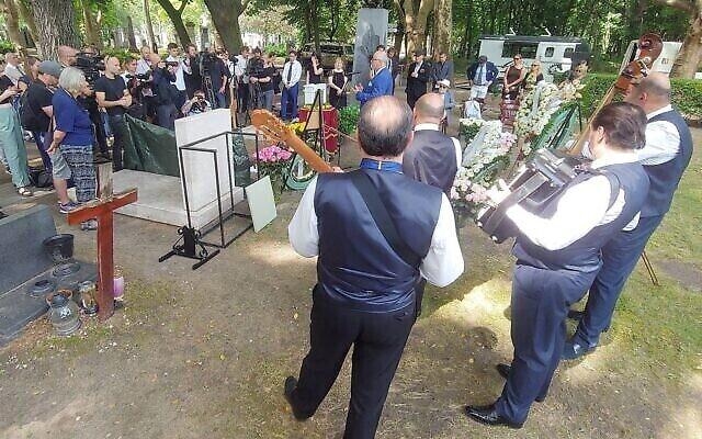 Des musiciens jouent lors du service en mémoire de Zsa Zsa au cimetière de la Rue Fiume, à Budapest, où ses cendres ont été enterrées. (Crédit : György Konkoly-Thege)