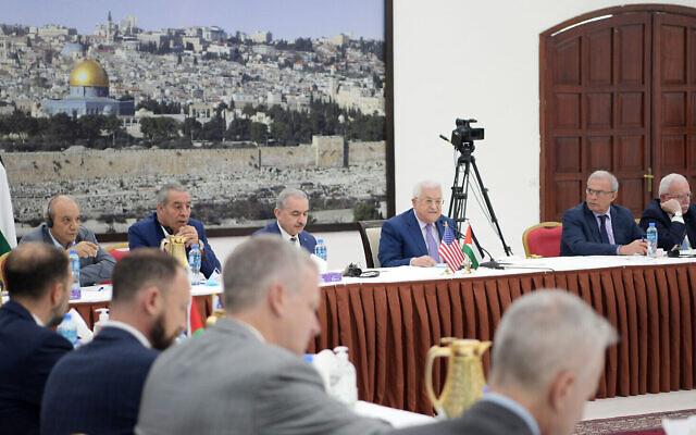 Le président de l'Autorité palestinienne  Mahmoud Abbas accueille une délégation du congrès à son bureau de Ramallah, le 8 juillet 2021. (Crédit :  WAFA)