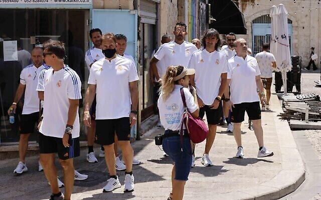 Des joueurs de football à la retraite du FC Barcelone et du Real Madrid ont visité l'ancienne ville portuaire de Jaffa le 20 juillet 2021, avant leur match d'exhibition prévu le soir même au stade Bloomfield de Jaffa. (Autorisation : Guy Yechiely)