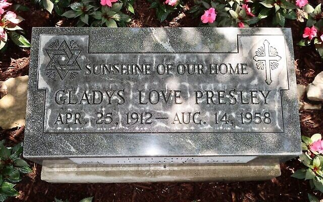 La pierre tombale de Gladys Presley, désormais exposée à Graceland. Elle a été conçue par son célèbre fils pour honorer l'héritage juif de la famille. (Crédit : Dan Fellner via JTA)