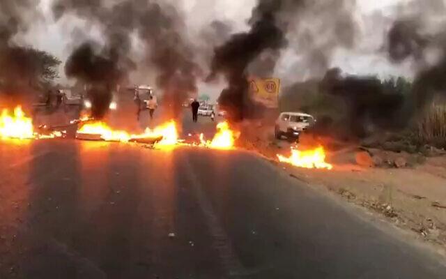 Des manifestants bloquent des routes en raison de la pénurie d'eau, dans la province du Khuzestan, dans le sud-ouest de l'Iran, le 17 juillet 2021. (Capture d'écran)