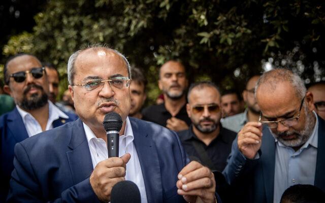 Le député Ahmed Tibi prend la parole lors d'une manifestation devant la Knesset à Jérusalem, le 5 juillet 2021. (Crédit : YonatanSindel/Flash90)