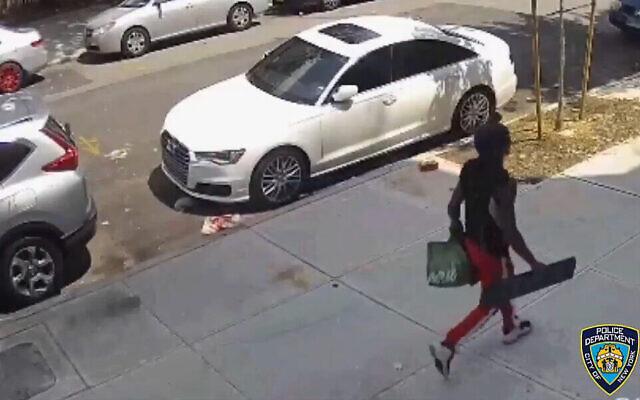 Un homme est vu portant un meuble, peu avant d'attaquer un homme juif à Brooklyn, le 5 juillet 2021. (Crédit : Capture d'écran :Twitter)