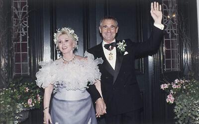 Zsa Zsa Gabor avec son mari, lePrince Fredrick von Anhalt, dans le quartier de Bel Air, à Los Angeles, après leur pariage, le 14 août 1986. (Crédit :  AP Photo/Reed Saxon)