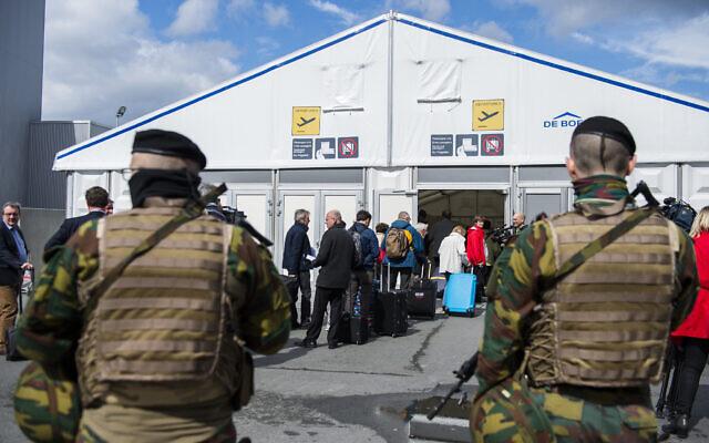 Photo d'illustration : Des soldats patrouillent alors que les passagers se présentent dans une zone d'enregistrement temporaire dans un terminal de l'aéroport de Bruxelles, en Belgique, le 4 avril 2016. (Crédit : AP Photo/Laurie Dieffembach, Pool)