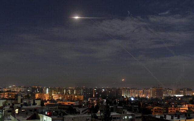 Illustration : des missiles volant dans le ciel près de l'aéroport international, à Damas, en Syrie, le 21 janvier 2019. (Crédit : SANA via AP)