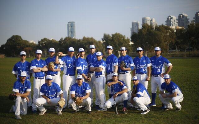 L'équipe nationale de baseball d'Israël lors d'une séance d'entraînement à Tel Aviv. (Crédit : AP/Ariel Schalit)