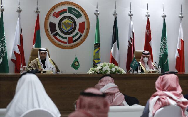 Le secrétaire-général du Conseil de coopération du Golfe (GCC) Nayef Falah Al-Hajraf, à gauche, et le ministre saoudien des Affaires étrangères, le Prince Faisal bin Farhan Al-Saud, pendant une conférence de presse organisée au cours de la 41e rencontre du Conseil, à Al Ula, en Arabie saoudite, le 5 janvier 2021. (Crédit : AP Photo/Amr Nabil)