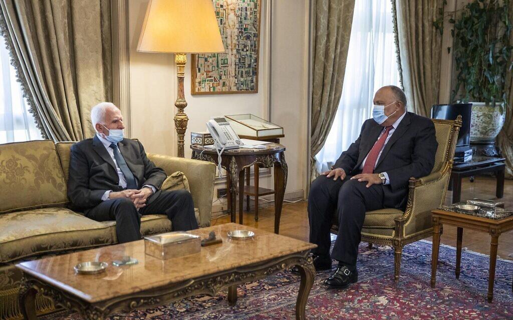 Le ministre des Affaires étrangères égyptien Sameh Shoukry, à droite, rencontre le responsable palestinien du Fatah Azzam Al-Ahmad au ministère des Affaires étrangères du Caire, le 20 mai 2021. (Crédit : AP Photo/Nariman El-Mofty)