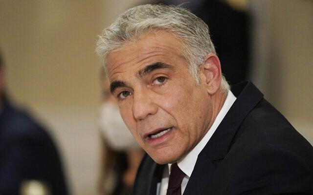 Le ministre des Affaires étrangères Yair Lapid lors d'une rencontre le secrétaire d'État américain Antony Blinken (hors cadre) à Rome, le 27 juin 2021. (Crédit :  Andrew Harnik/AP)