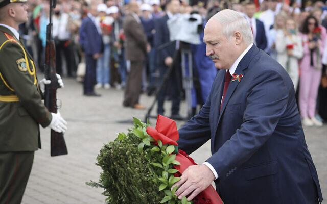 Le président biélorusse Alexandre Loukachenko assiste à une cérémonie de dépôt de gerbes au monument aux morts Mound of Glory, marquant le Jour de l'Indépendance, dans la banlieue de la capitale Minsk, en Biélorussie, le 3 juillet 2021. (Crédit : Maxim Guchek/BelTA Pool Photo via AP)