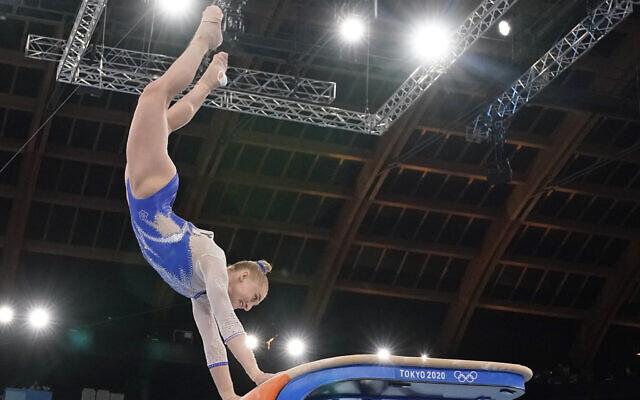 Liliia Akhaimova du Comité russe olympique pendant la finale de l'épreuve féminine de gymnastique artistique aux Jeux olympiques d'été de Tokyo, le 27 juillet 2021. (Crédit : AP Photo/Ashley Landis)