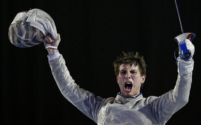 L'Américain Eli Dershwitz après sa victoire à l'épreuve individuelle du sabre contre le Canadien Joseph Polossifakis au  Pan Am Games de Toronto, dans l'Ontario, le 20 juillet 2015. (Crédit :  AP Photo/Felipe Dana)